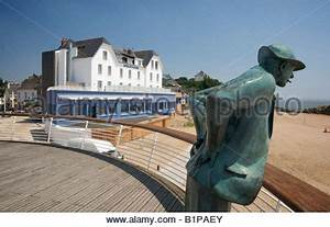 Hotel De La Plage Film : statue of jacques tati 39 s mr hulot at saint marc sur mer ~ Nature-et-papiers.com Idées de Décoration