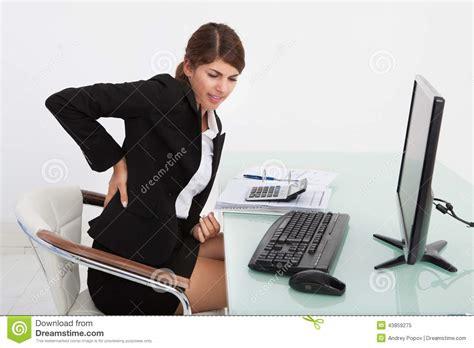mal de dos au bureau femme d 39 affaires souffrant du mal de dos au bureau d