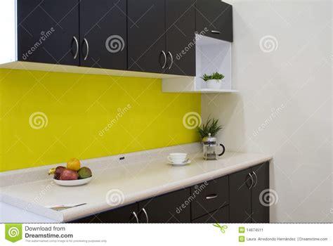 cuisine mur jaune cuisine avec un mur jaune image stock image du home