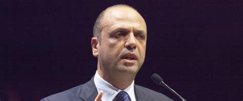 هكذا دافع وزير الداخلية الإيطالي عن المسلمين والمهاجرين