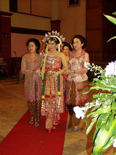 prepare wedding dresses traditional javanese wedding