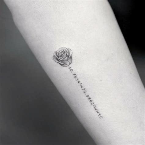 Testo Con Una Rosa by Originale Con Una Rosa Stilizzata E Una Serie Di