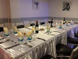 Table 16 Personnes : table pour un groupe le soir compris entre 12 et 16 personnes table en jupponage satin ~ Teatrodelosmanantiales.com Idées de Décoration