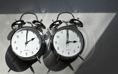 Stellt man die uhr vor oder zurück? Zeitumstellung 2021: Welche Zeit bleibt? - Panorama ...