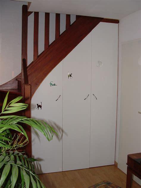 placard pour cuisine photo aménager un rangement sous un escalier