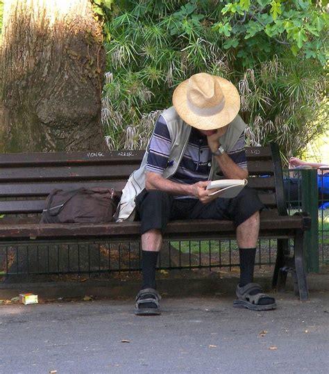 Assis Sur Un Banc Photo Et Image  Critique Directe
