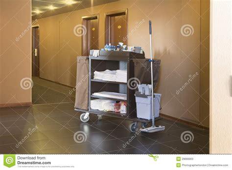 chariot femme de chambre chariot de ménage d 39 hôtel photos stock image 29666903