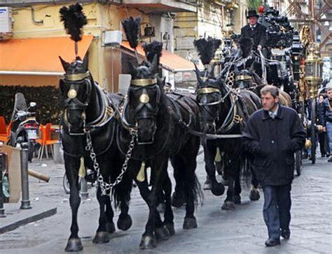 cavalli con carrozza teggiano funerale con carrozza e cavalli non si vedeva