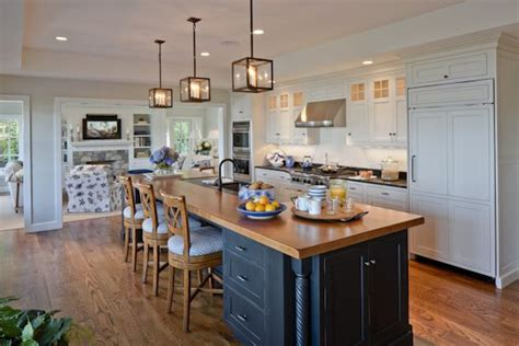 Pretty Coastal Kitchen In Chatham With Long Counterisland
