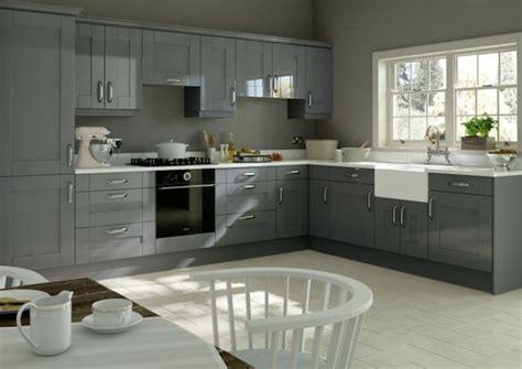 couleur murs cuisine avec meubles blancs cuisine gris anthracite 56 idées pour une cuisine chic