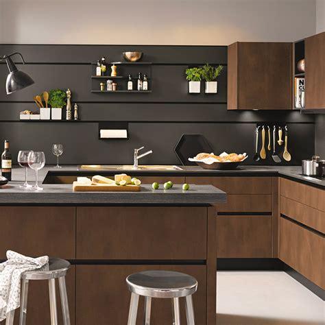 cuisine facade bois plan de travail noir