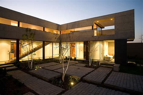 Steel, Concrete, And Stone Home With Central Courtyard : U-shaped House With Glass Lower Floor And Concrete Upper