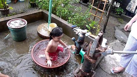 DAD LULZ: Kendra's Tubig Poso Bath - YouTube