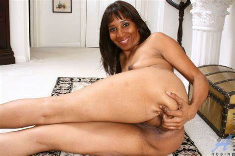 Com Anilos Cougar Robin Shows Off Her Gaping Poundings Hole