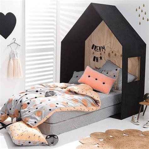 cabane dans une chambre bois dans une chambre enfant lit cabane fille