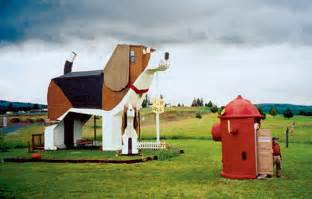 relaxshacks com the world s largest dog a beagle shaped house inn in idaho