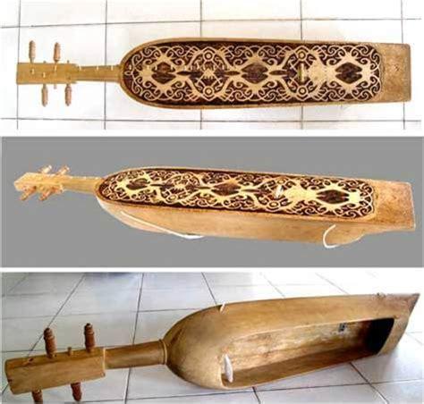 Bansi adalah alat musik tradisional yang dimainkan dengan cara ditiup dan memiliki bentuk tabung silinder layaknya suling. 30 Jenis Alat Musik Tradisional Indonesia dan Asal Daerahnya   SarungPreneur