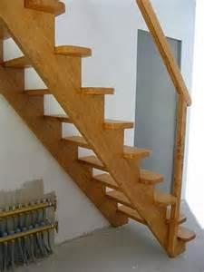 Construire Un Escalier En Bois Droit by Un Escalier Pour Acc 233 Der Aux Combles Bois Com