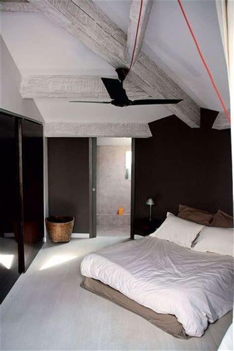 place du lit dans une chambre 10 déco chambres avec poutres apparentes charmantes