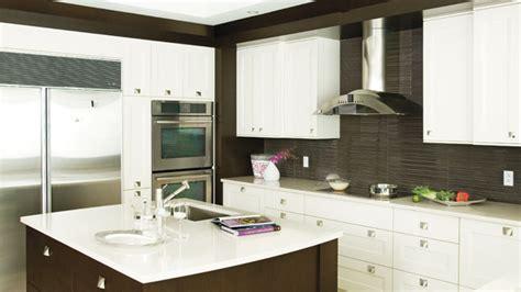 cuisine armoires blanches une cuisine vin les idées de ma maison