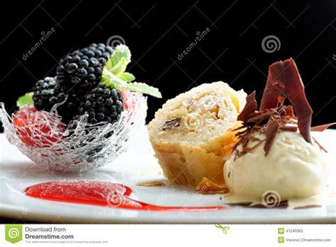 cuisine uretre et dessert haute cuisine strudel avec la crème glacée et dessert de