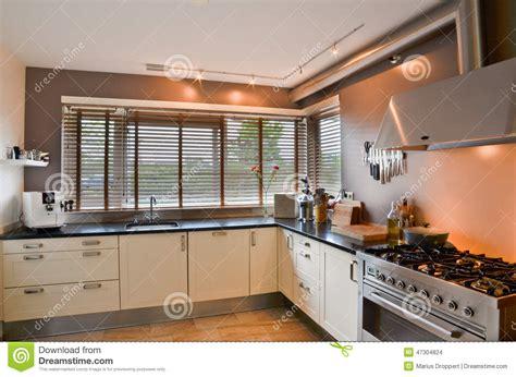 fourneau de cuisine cuisine moderne avec le fourneau inoxydable et le plancher