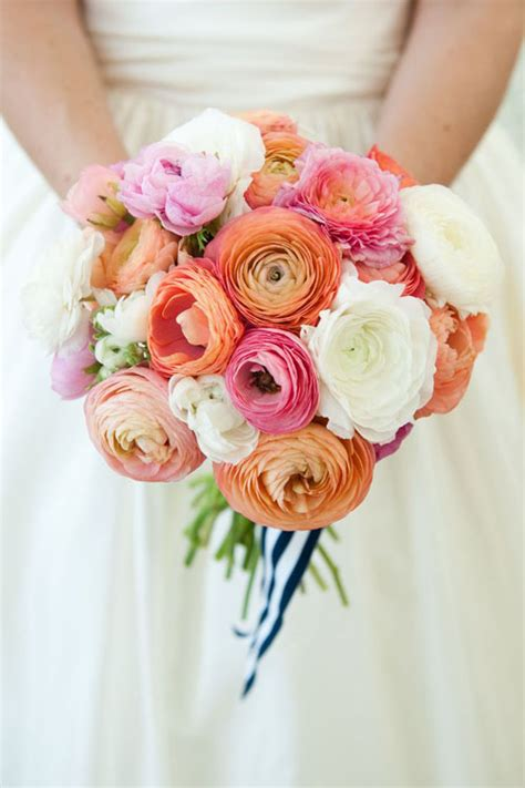 stunning ways   ranunculus wedding flowers