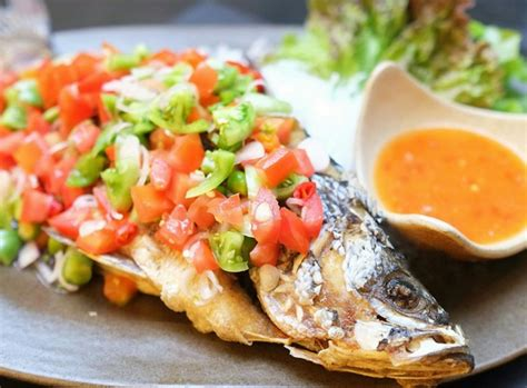 Baluri ikan dengan perasan jeruk nipis dan garam. 5 Resep Ikan Bakar Khas Manado yang Bisa Manjakan Lidah Siapa pun