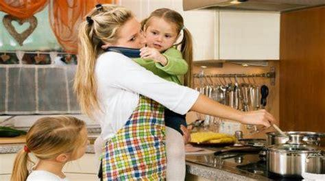 femme dans la cuisine quelle retraite pour les mères et pères au foyer