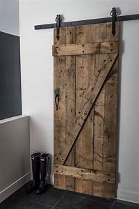 Hall d39entree avec garde robe de type walk in et porte for Porte de garage coulissante et bloc porte pin massif