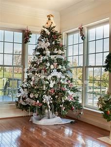 Weihnachtsbaum Geschmückt Modern : geschm ckten weihnachtsbaum im haus stockfotos ~ A.2002-acura-tl-radio.info Haus und Dekorationen