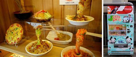 la cuisine du japon assiettes de nouilles factices dans une vitrine de