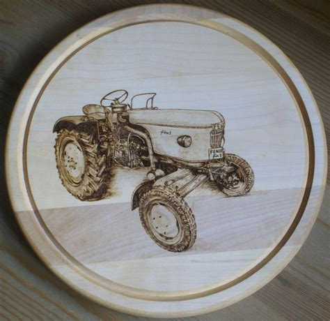 traktor fendt pyrografie essbrett holz von timber cat