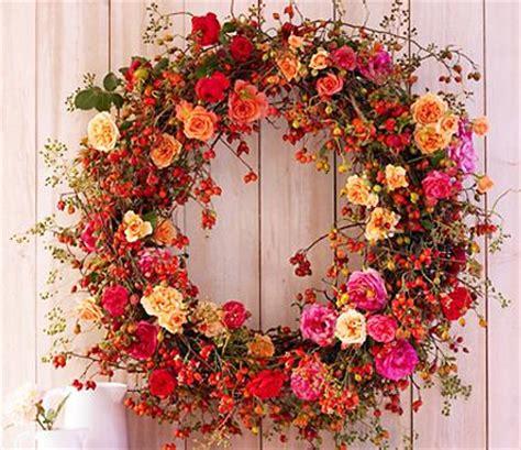 praechtiger kranz mit rosen und hagebutten schritt