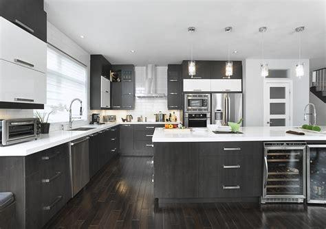 armoire de cuisine polyester cuisine vaste avec un îlot qui possède une grande surface