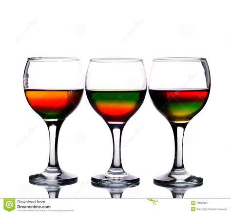 i bicchieri i bicchieri di hanno riempito di multicolore