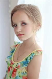 Schönes 10 Jähriges Mädchen : sch nes kleines s es m dchen mit einer festlichen frisur mit den gemalten lippen und den augen ~ Yasmunasinghe.com Haus und Dekorationen