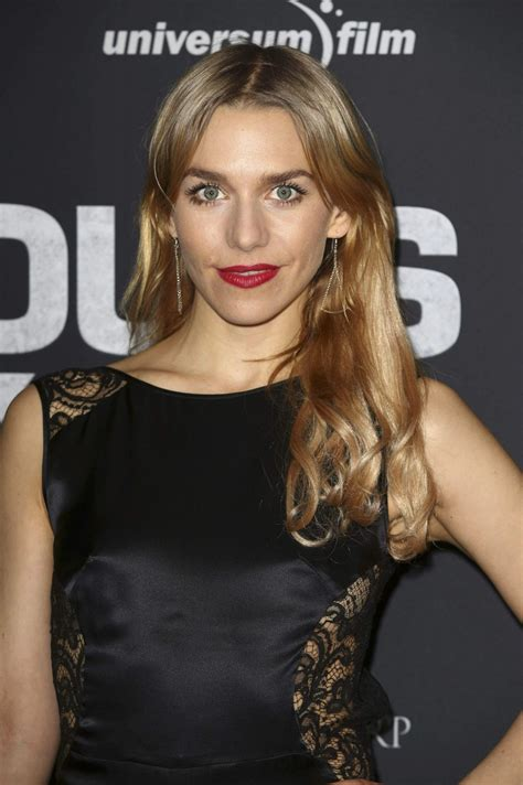 julia dietze  hours   world premiere  zoo