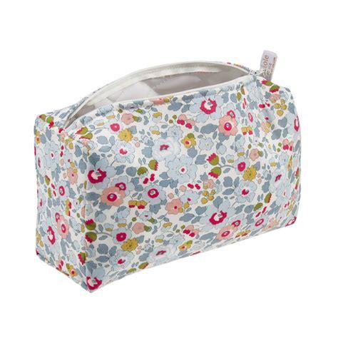 chambre fille liberty trousse de toilette bébé liberty betsy cadeau de naissance