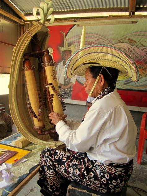 Cara memainkan gamelan adalah dengan dipukul memakai alat pemukul. Alat Musik Sasando NTT - Asal Usul, Jenis, Fungsi, Bentuk, Cara Memainkan, Bahan Pembuatan dan ...