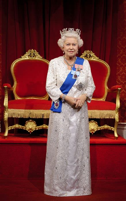 la nueva estatua de cera de la reina isabel ii sorprende
