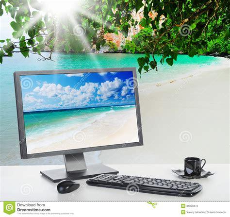 bureau lumineux bureau lumineux ensoleillé sur la plage photographie stock