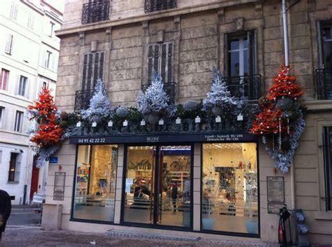 decor de facade de noel coiffeur commerce  restaurant