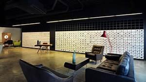 Made Com : bureau de change places projections in showroom ~ Orissabook.com Haus und Dekorationen