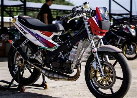 Sayangnya tidak semua varian motor bebek ini mendapatkannya. Modifikasi Motor Supra X125R Warna Hitam Putih - Modifikasi motor supra x 125 touring modifikasi ...