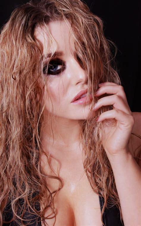 blonde bombshell beauty shoot orchard makeup