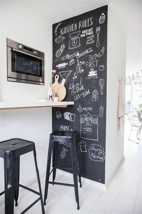 ardoise deco cuisine un mur en ardoise pour décorer la cuisine utilement