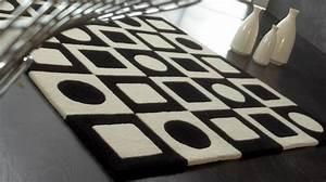 Tapis Geometrique Noir Et Blanc : tapis 100 laine noir et blanc motifs g om triques tapis tuft main ~ Teatrodelosmanantiales.com Idées de Décoration