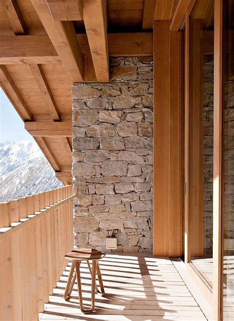 Stone Accent on Balcony Shares More than Natural Appeal
