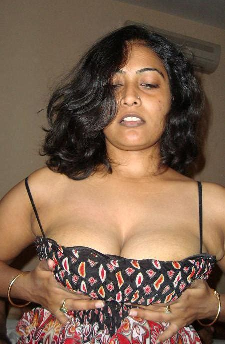 Seductive Hot Desi Aunty Affiars Bhabhi Deep Cleavage